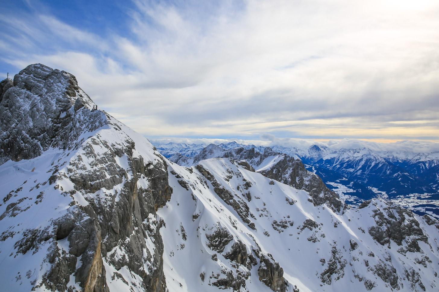 Uitzicht over de besneeuwde Alpen